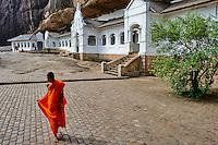 Sri Lanka, province du centre, district de Matale, Dambulla, Temple d'Or classé patrimoine mondial de l'UNESCO, temple troglodytiques, monastère construit dans la roche et qui abrite cinq sanctuaires dans les grottes, moine en pelerinage // Sri Lanka, Ceylon, North Central Province, Dambulla, Buddhist Cave Temple, UNESCO World Heritage Site, monk