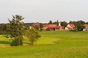 Landschaft bei Waldbrunn mit Weiler im südlichen Odenwald, Naturpark Bergstraße-Odenwald, Baden-Württemberg, Deutschland | landscape in southern Odenwald, Baden-Wuerttemberg, Germany