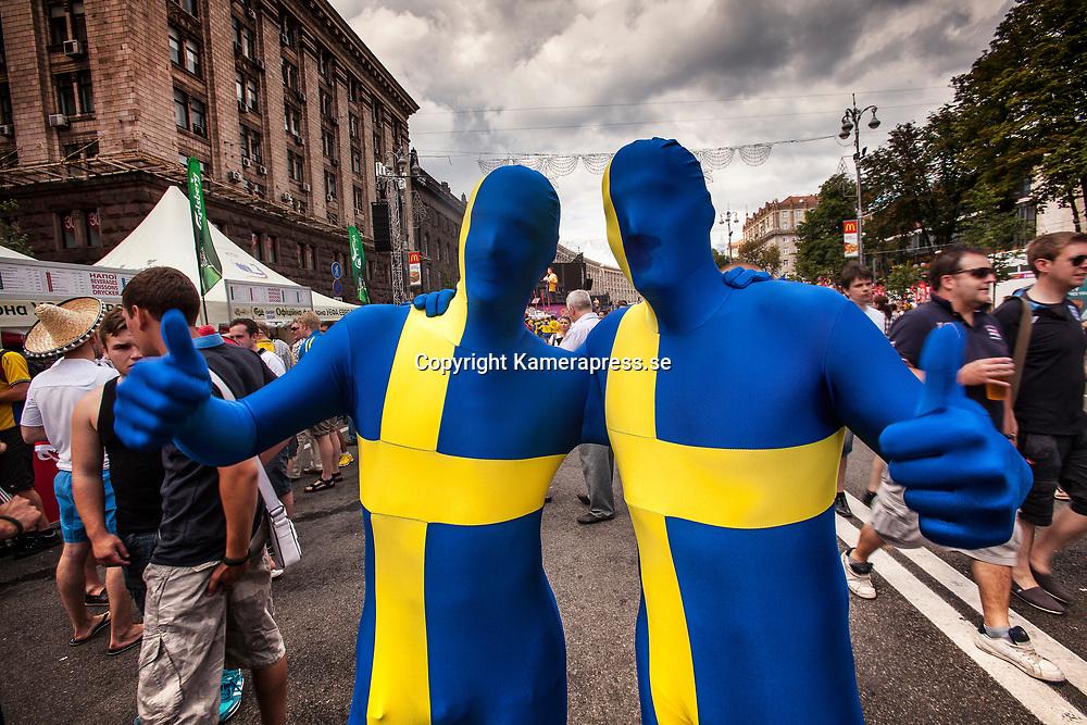 Kiev Ukraina 2012 <br /> Fan mile i centrala kiev<br /> svensk fotbolls supportrar kl&auml;dda i bl&aring;gult fotbolls fans <br /> <br /> FOTO : JOACHIM NYWALL KOD 0708840825_1<br /> COPYRIGHT JOACHIM NYWALL<br /> <br /> ***BETALBILD***<br /> Redovisas till <br /> NYWALL MEDIA AB<br /> Strandgatan 30<br /> 461 31 Trollh&auml;ttan<br /> Prislista enl BLF , om inget annat avtalas.