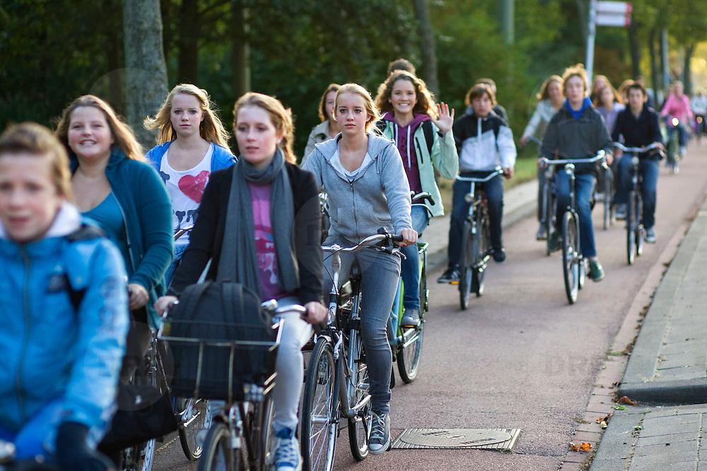 Nederland Rotterdam 21 september 2009 20090921 ..Grote groep jonge scholieren fietsen 's ochtends naar school. .Large group of students on the way to school by bike. ..Foto: David Rozing