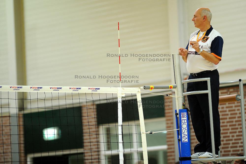 27-10-2012 VOLLEYBAL: VV ALTERNO - SLIEDRECHT SPORT: APELDOORN<br /> Sliedrecht Sport wint met 3-1 van Alterno / Scheidsrechter AC van der Mark<br /> &copy;2012-FotoHoogendoorn.nl