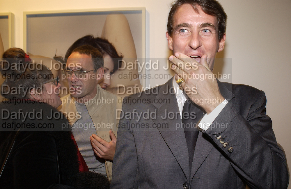 A.A. gill and Tim Jeffries. Bettina Rheims private view. Hamiltons. 18 October 2001. © Copyright Photograph by Dafydd Jones 66 Stockwell Park Rd. London SW9 0DA Tel 020 7733 0108 www.dafjones.com