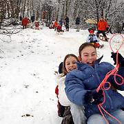 Sneeuwpret de Woensberg Huizen, kinderen op een slee.spelen, pret, lol, plezier, kou, winter,