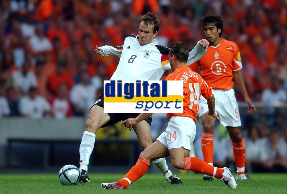 Fotball<br /> Euro 2004<br /> Portugal<br /> 15. juni 2004<br /> Foto: Dppi/Digitalsport<br /> NORWAY ONLY<br /> Gruppe D<br /> Tyskland v Nederland<br /> DIETMAR HAMANN (GER) / WESLEY SNEIJDER (NET)