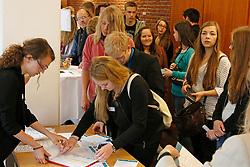 """Sitzung des """"Bürgerdialogs Standortsuche"""" der """"Kommission Lagerung hoch radioaktiver  Abfallstoffe"""" in Berlin. Eingeladen war auch eine Gruppe Schüler/-innen aus Lüchow (hier bei der Registrierung nach ihrer Ankunft). Von den 200 Teilnehmer/-innen waren - neben den 30 Schüler/-innen - noch rund 100 offizielle Teilnehmer/-innen, so dass nur etwa 70 Bürger/-innen aus freien Stücken teilnahmen. <br /> <br /> Ort: Berlin<br /> Copyright: Karin Behr<br /> Quelle: PubliXviewinG"""