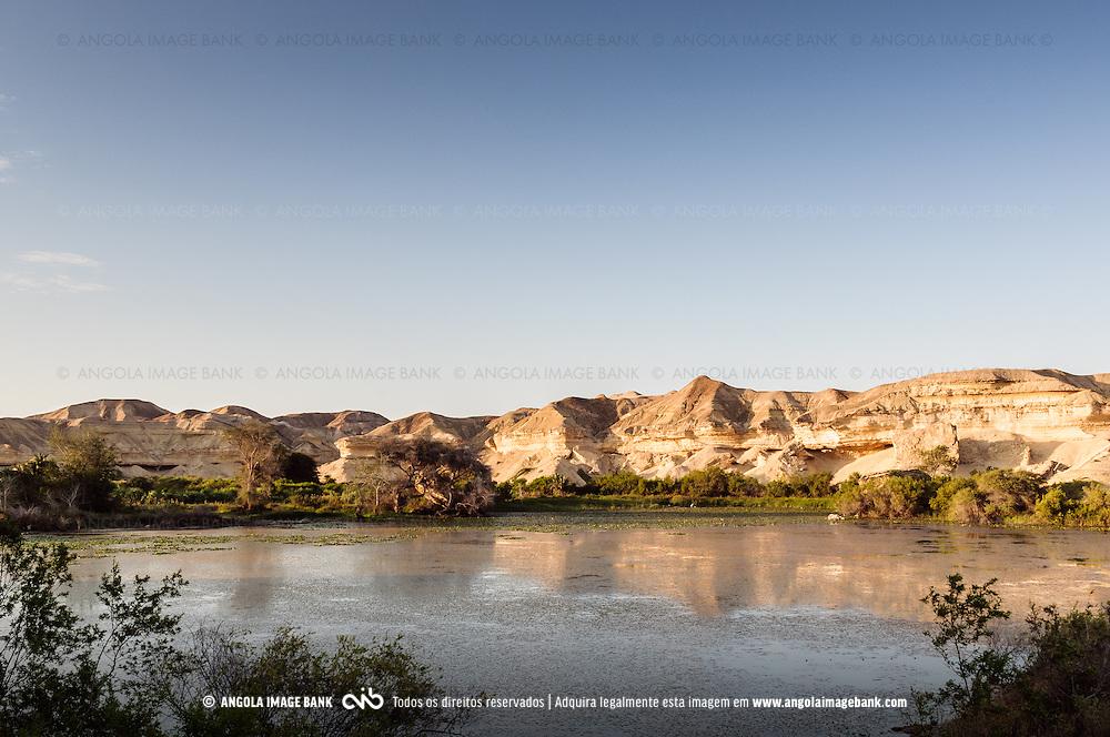 """A Lagoa dos Arcos (Ex. Lagoa São João do Sul) ou ainda o """"Oásis Arco"""". A lagoa junto ao Arco do Carvalhão chamava-se lagoa de São João do Sul. Hoje em dia é mais conhecida como a Lagoa dos Arcos e o Óasis Arco. Dista de Porto Alexandre (hoje Tombua) uns 25 a 30 quilómetros por estrada. Situa-se próximo do Rio Curoca que, na época das chuvas, alimenta a lagoa. A lagoa é um verdadeiro oásis."""