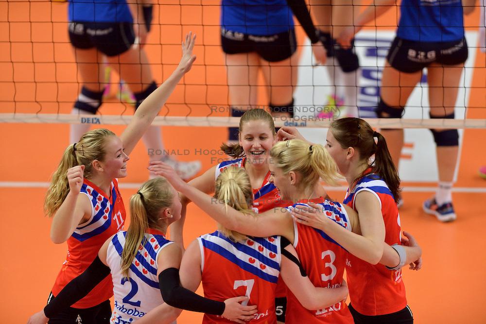 22-02-2015 NED: Bekerfinale VC Sneek - Sliedrecht Sport, Zwolle<br /> Vreugde bij Sneek met oa. Roos van Wijnen #11