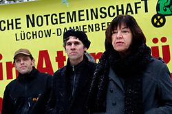 Am 21. Januar 2012 besucht Bundesumweltminister Peter Altmaier (CDU) das Wendland, um für das Endlagersuchgesetz zu werben.<br /> Vor dem Gildehaus in Lüchow, in dem am Abend eine öffentliche Podiumsdiskussion mit Altmaier stattfindet, versammeln sich bereits am Nachmittag zahlreiche Aktivisten, um den Minister gebührend zu empfangen.<br /> Im Bild (v.l.): Mathias Edler (Greenpeace), Martin Donat (BI Umweltschutz Lüchow-Dannenberg), Rebecca Harms (B90/Die Grünen, MdEU) <br /> <br /> Ort: Lüchow<br /> Copyright: Michaela Mügge<br /> Quelle: PubliXviewinG