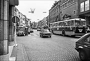 Nederland, Nijmegen, 10-10-1980Serie beelden over het wonen en sociale woningbouw in verschillende wijken van de stad.Centrum, stadscentrum, binnenstad. Was in de oorlog verwoest en de bendenstad na de oorlog verwaarloosd. Verkeer door winkelstraat.In het kader van stadsvernieuwing en renovatie van buurten gemaakt.FOTO: FLIP FRANSSEN/ HH