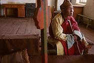 Mongolia. Pontsogtchoidlin, monastery  in a house in Ikh Tamir   /Monastere maison Temple de Pontsogtchoidlin Kree, Mongolie, sum de IK TAMIR. Vieux lama de retour à la religion. Nombreux furent ceux contraints d'abandonner l'ordre religieux, sous peine de mort, durant la période post-révolutioinnaire des années 30. A la faveur de la chute du communisme, certains viennent revivre à la fin de leur vie leur vocation contrariée, en toute liberté. (dans l'aymag de ARQANGAY). /G50/124    L920726a  /  P0002584