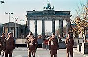 Duitsland, Berlijn, 12-11-1989Val van de muur, Oostduitse soldaten houden de wacht bij de Brandenburger Tor. DDR, einde koude oorlog. Foto: Flip Franssen/Hollandse Hoogte