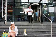 Beveiligers demonstreren voor het gebouw van de Belastingdienst in Utrecht voor baanbehoud bij contractovernames. De Belastingdienst is bezig om de beveiliging van haar panden opnieuw aan te besteden. De actievoerders willen duidelijk maken dat de Belastingdienst niet alleen op de kosten moet letten, maar ook dat de banen en de arbeidsvoorwaarden behouden blijven