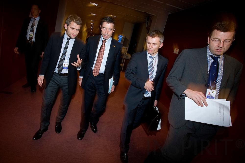 BRUSSELS - BELGIUM - 11 DECEMBER 2008 -- EU Summit under the French Presidency -- Statsminister Anders Fogh RASMUSSEN paa vej til midnatsbriefing for pressen, fulgt af hans talsmand Michael ULVEMAND (tv) der giver en sidste briefing og embedsmaendene i statsministeriet set fra venstre: Thomas AHRENKIEL og Kasper HØEG-JENSEN. Photo: Erik Luntang