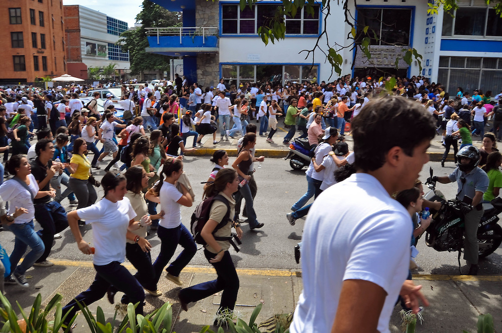 STUDENT PROGRESS - CLOSE RCTV / MARCHA DE ESTUDIANTES - CIERRE RCTV<br /> Photography by Aaron Sosa<br /> Caracas - Venezuela 2010<br /> (Copyright &copy; Aaron Sosa)