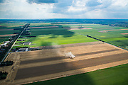 Nederland, Drenthe, Gemeente Borger-Odoorn, 05-08-2014; Eerste Exloermond, Heeren- of Markiezenplaatsen. Graanoogst in de veenkolonien. De combine maait het graan en dorst dit direct, het zgn. maaidorsen. Naast de maaidorser een kipper voor de afvoer van het graan. De lijnen in het graan zijn veroorzaakt door de beregeningsinstallatie.<br /> Grain harvest in a peat landscape, East Netherlands (near German border). The combine reaps the grain and threases it. Next to the combine harvester a dumper for the discharge of the grain. The liens in the grain are caused by the irrigation system for crops<br /> luchtfoto (toeslag op standard tarieven);<br /> aerial photo (additional fee required);<br /> copyright foto/photo Siebe Swart