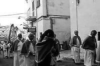 Ostuni, 04.07.2010. Comune salentino dell'alta valle d'itria, ubicato in provincia di Brindisi, Puglia, Italia, caratteristico per avere il suo centro storico con case dipinte di calce bianca che le ha conferito l'appellativo di città bianca (o città presepe). La storia narra che nel XVII secolo a.C. la regione fu colpita dalla peste, ma la città di Ostuni restò immune dal contagio proprio per l'usanza della popolazione di imbiancare le case con la calce, disinfettante naturale. Le attività economiche trainanti sono l'agricoltura - coltivazioni di ulivo, vite e mandorlo - ed il turismo d'arte e balneare..
