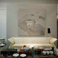 BEIJING, OCT. 22: das Wohnzimmer des Kuensterpaares Shao Fan und Anna Liuli. Liuli ist Innendesignerin und hat diesen Teil des hauses gestaltet.