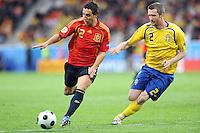 FUSSBALL EUROPAMEISTERSCHAFT 2008  Schweden - Spanien    14.06.2008 Santi Carzola (ESP, links) gegen Mikael Nilsson (SWE).