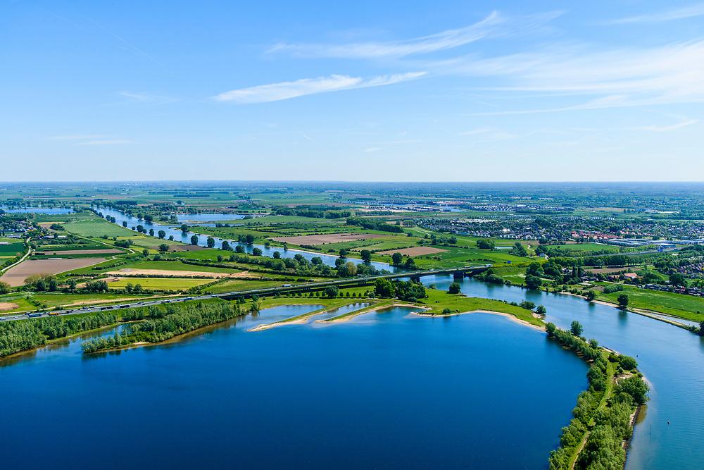 Nederland, Noord-Brabant, Den Bosch, 13-05-2019;  Fort Crèvecoeur, de  Maas in oostelijke richting. Wegbrug A2 en Maasplas bij Empel. Er wordt gewerkt aan weerdverlaging omgeving Fort Crèvecoeur, maakt onderdeel uit van het Maasoeverpark. Landschapspark in wording met ruimte voor de natuur, voor de landbouw  én waterberging.<br /> Fort Crèvecoeur, the Maas in an easterly direction. Bridge at Empel. Work is underway to reduce the floodplains around Fort Crèvecoeur, part of the Maasoever Park. Landscape park in the making with room for nature, agriculture and water storage.<br /> <br /> aerial photo (additional fee required); luchtfoto (toeslag op standard tarieven); copyright foto/photo Siebe Swart