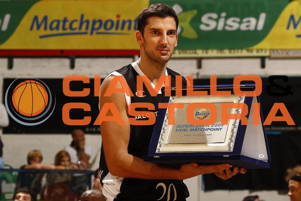 DESCRIZIONE : Siena Lega A 2009-10 Supercoppa Sisal Matchpoint Montepaschi Siena Virtus Bologna<br /> GIOCATORE : Dusan Vukcevic<br /> SQUADRA : Virtus Bologna<br /> EVENTO : Campionato Lega A 2009-2010<br /> GARA : Montepaschi Siena Virtus Bologna<br /> DATA : 04/10/2009<br /> CATEGORIA : premiazione ritratto<br /> SPORT : Pallacanestro<br /> AUTORE : Agenzia Ciamillo-Castoria/P.Lazzeroni