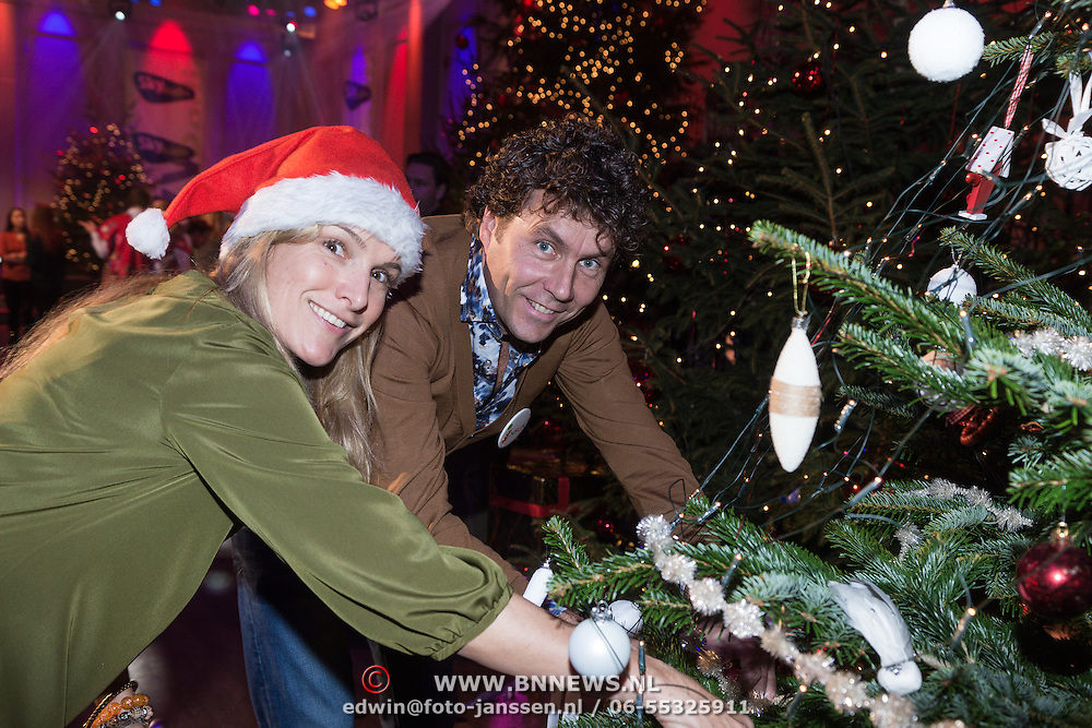 NLD/Hilversum /20131210 - Sky Radio Christmas Tree For Charity 2013, Lucille Werner en Dennis Wilt versieren hun kerstboom