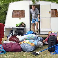 TP01061 / Jour de chaleur record &Dagger; Hermance, 37,8&infin; Ambiance montage d'une caravane pliable au camping.<br /> Geneve, Juillet 2003.<br /> &copy;Thierry Parel/Rezo