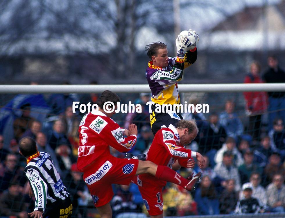 8.5.1997, Hietalahti, Vaasa.<br /> Veikkausliiga 1997.<br /> Vaasan Palloseura - FF Jaro.<br /> Jussi J&auml;&auml;rkel&auml;inen (VPS) v Kai R&ouml;nkk&ouml; (5) &amp; Kim Huuhka (Jaro).