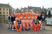 DEN HAAG - Teamfoto . Het Nederlands dames hockeyteam poseerde voor de officiele teamfoto, naar aanloop van het WK , bij de Hofvijver en het Binnenhof. Er werden uiteraard ook veel selfies gemaakt. FOTO KOEN SUYK