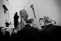 Reportage sulla processione del venerdi santo a Gallipoli...un gruppo di uomini discute poco prima del passaggio delle statue portate in processione