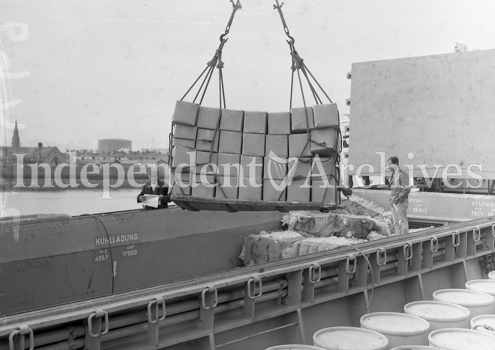 R3420<br /> Irish butter being loaded on to a ship bound for Germany September 21 1962.<br /> (Part of the Independent Ireland Newspapers/NLI Collection)