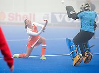 ARNHEM - Hockey. Maartje Paumen probeert keeper Mariette Rix te passeren, woensdag tijdens de oefeninterland in dichte mist tegen Zuid Afrika. FOTO KOEN SUYK