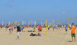 20150627 NED: WK Beachvolleybal day 2, Scheveningen<br /> Nederland heeft er sinds zaterdagmiddag een vermelding in het Guinness World Records bij. Op het zonnige strand van Scheveningen werd het officiële wereldrecord 'grootste beachvolleybaltoernooi ter wereld' verbroken. Maar liefst 2355 beachvolleyballers kwamen zaterdag tegelijkertijd in actie.