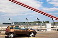 Europa, Deutschland, Koeln, Radaranlage auf der Rheinbruecke der Autobahn A1 zwischen Koeln und Leverkusen. Wegen massiver Schaeden ist die Bruecke für Fahrzeuge ab 3,5 t gesperrt und es gibt ein Tempolimit. - <br /> <br /> Europe, Germany, Cologne, radar traps on the river Rhine bridge of the Autobahn A1 between Cologne and Leverkusen. Due to massive damages the bridge is barred for vehicles over 3.5 tons and there is a speed limit
