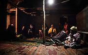 Pendant deux jours,  toutes les familles et les clans alliés du père, les clans unis par les liens du sang, ceux de la chefferie et le clan des oncles maternels du père du défunt suivent le rituel des lamentations, prononcent la Parole et offrent le don au défunt. -  Tribu de Tendo - Hienghene - Nouvelle Calédonie - Aout 2013