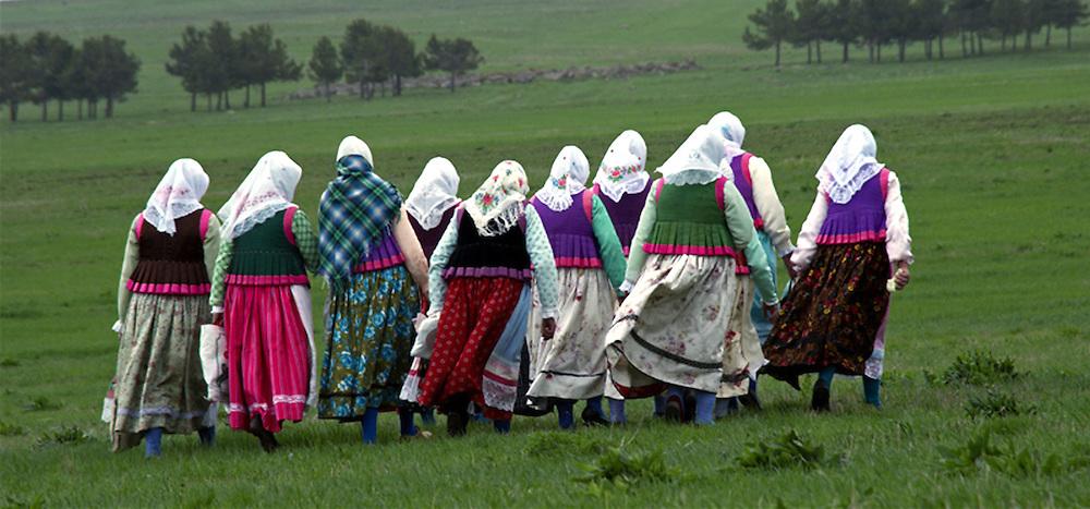 Femmes doukhobors repartant vers le village de Gorelovka, distant de 4 km. Malgre l'age de certaines de ces femmes, les trajets sont effectues a pied, ete comme hiver. La plupart de ces familles n'ont aucun autre moyen de transport.