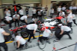Motorsports / Formula 1: World Championship 2010, GP of Abu Dhabi, mechanic of Vodafone McLaren Mercedes