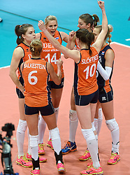 03-10-2015 NED: Volleyball European Championship Semi Final Nederland - Turkije, Rotterdam<br /> Nederland verslaat Turkije in de halve finale met ruime cijfers 3-0 / Team Nederland plaatst zich voor de finale met Laura Dijkema #14, Anne Buijs #11, Lonneke Sloetjes #10, Debby Stam-Pilon #16,  Yvon Belien #3