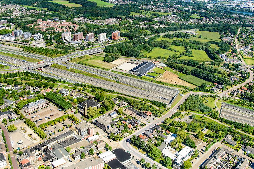 Nederland, Noord-Brabant, Breda, 23-08-2016; Prinsenbeek. Infrabundel, combinatie van autosnelweg A16 gebundeld met de spoorlijn van de HSL (re), stadsduct  Valdijk. De bundel loopt in tunnelbakken, lokale wegen gaan over deze infrabundel heen, door middel van de zogenaamde stadsducten, gedeeltelijk ingericht als stadspark.<br /> Combination of motorway A16 and the HST railroad, crossed by local roads by means of *urban ducts*, partly designed as public  parks.<br /> luchtfoto (toeslag op standard tarieven);<br /> aerial photo (additional fee required);<br /> copyright foto/photo Siebe Swart