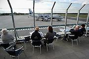 Duitsland, Weeze, 7-10-2004..promenadedek van luchthaven, vliegveld, airport Niederrhein, dusseldorf, vlak over de grens met Nederland. Een toestel van v-bird staat op het platform Prijsbreker ryanair en v-bird zijn vaste klanten. reizigers, toeristen. iVliegverkeer, last minute, regionaal, regio, charter, vliegmaatschappij..Foto: Flip Franssen