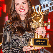 NLD/Hilversum/20160129 - Finale The Voice of Holland 2016, Winnares Maan met haar trofee