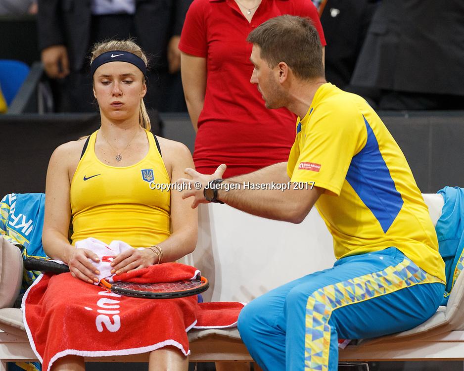 Fed Cup GER-UKR, Deutschland - Ukraine, <br /> Porsche Arena , Stuttgart,<br /> Team Chef Mikhail Filima spricht mit ELINA SVITOLINA (UKR) waehrend der Spielpause,