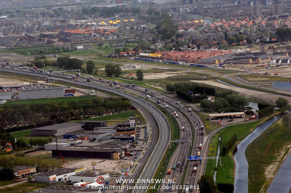 NLD/Rotterdam/20070423 - Rondvlucht boven Rotterdamse in een helicopter, snelweg