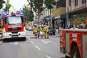 Mannheim. 30.06.17   Brand in der Innenstadt<br /> Innenstadt. N7. Brand in einer Bar.<br /> Zu einem größeren Rückstau von Lieferfahrzeugen in der Kunststraße führt derzeit ein Brand in der Mannheimer Innenstadt. Wegen der Löscharbeiten ist die Kunststraße derzeit noch gesperrt. Die Feuerwehr war am Morgen zu einer Verpuffung in einem Gastronomiebetrieb gerufen worden. Tatsächlich brannte es in der Küche. Das Feuer führte zu einer starken Rauchentwicklung. Zeitweise waren zwei Löschzüge der Berufsfeuerwehr und die Freiwillige Feuerweh Innenstadt im Einsatz. Derzeit werden die Schläuche eingerollt, die Einsatzstelle wohl in kurzer Zeit freigegeben. Bei dem Brand zogen sich drei Personen Rauchgasvergiftungen zu. Sie kamen zur Behandlung ins Krankenhaus.<br /> <br /> <br /> BILD- ID 0428  <br /> Bild: Markus Prosswitz 30JUN17 / masterpress (Bild ist honorarpflichtig - No Model Release!)