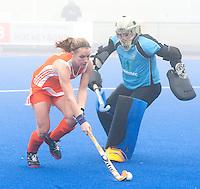 ARNHEM - Hockey. Stefanie van der Raat, woensdag tijdens de oefeninterland in dichte mist tegen Zuid Afrika. FOTO KOEN SUYK