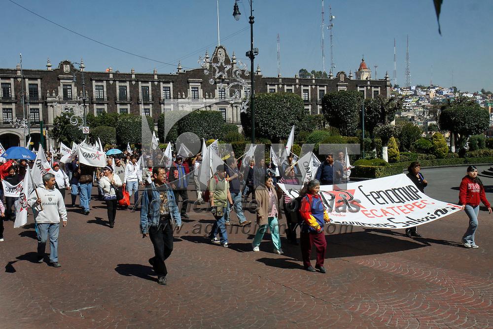 TOLUCA, México.- Vecinos de Ecatepec integrantes de la Organización Nacional del Poder Popular se manifestaron frente a Palacio de Gobierno bloqueando la avenida Lerdo, exigiendo que el gobernador cumpla con sus compromisos. Agencia MVT / Crisanta Espinosa. (DIGITAL)