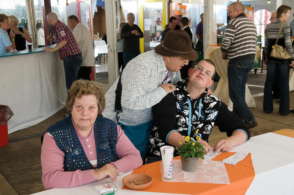 Nederland, Vught, 20101010..Het 125-jarig bestaan van Zorgpark Voorburg in Vught..Bewoners en bezoekers van het park vermaken zich prima tijdens de festiviteiten.