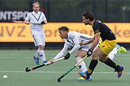 Den Bosch - Den Bosch - Pinoke Heren, Hoofdklasse Hockey Heren, Seizoen 2017-2018, 29-04-2018, Den Bosch - Pinoke 5-1,  Marlon de Boer (Pinoke) en Sebastian van der Graaf (Den Bosch)<br /> <br /> (c) Willem Vernes Fotografie