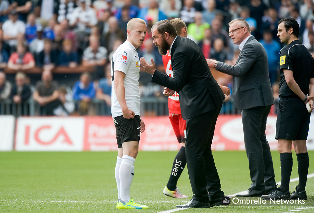 ÖREBRO, SWEDEN - MAY 22: Daniel Gustavsson of Örebro SK in conversation with Alexander Axen head coach of Örebro SK during the allsvenskan match between Örebro SK and IFK Norrköping at Behrn Arena on May 22, 2016 in Örebro, Sweden. Foto: Pavel Koubek/Ombrello