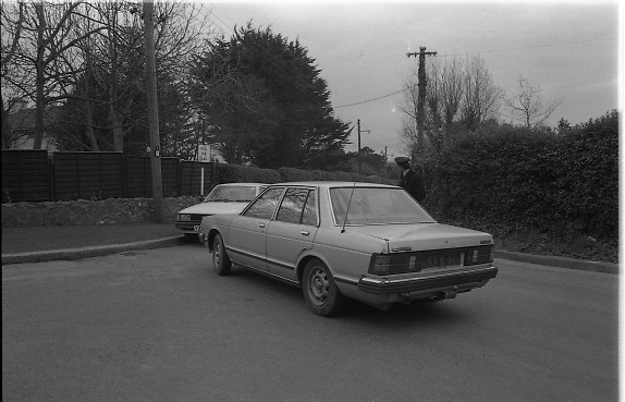 Jennifer Guinness Kidnap.  R31..10.04.1986..04.10.1986..10th April 1986..After a two day news blackout, Gardai relaesed the news that Jennifer Guinness,wife of merchant banker John Guinness, had been kidnapped.She was kidnappped from the family home in Bailey, Howth Co Dublin. During the kidnap John Guinness was pistol whipped by the assailants and it was he who raised the alarm. A ransom of £2million was demanded for her safe return...Image shows Gardai inspecting vehicles on the access roads to the Guinness family home in Howth.