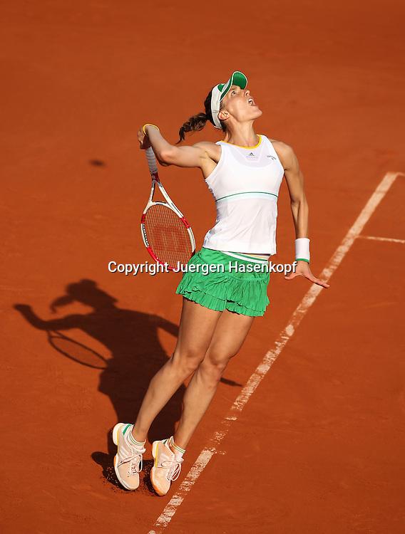 French Open 2014, Roland Garros,Paris,ITF Grand Slam Tennis Tournament,<br /> Andrea Petkovic (GER),Aktion,Aufschlag,Einzellbild,<br /> Ganzkoerper,Hochformat,von oben,